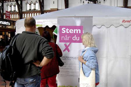 DENEMARKEN  COPENHAGEN _ Deen die vroeg stemmen voor de verkiezingen voor het parlementsverkiezingen in de tent van de verkiezingstent op het centraal station (hvodbanegaard) die het kruis instellen en in envolope plaatsen, dit kan een ervaring zijn in het Stemsysteem in Denemarken, de rest van de Deen stemt op 15 step.2011,