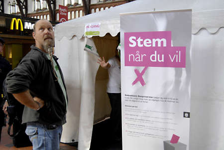 DENEMARKEN  KOPENHAGEN _ Dane stemming vroeg voor de algemene parlementsverkiezingen in verkiezingstijd stand tent op centeral station (hvodbanegaard) instellen kruis en zet in envolope, kan dit worden expericne in Denemarken stemsysteem, rust deen zullen stemmen op 15 step.2011, Redactioneel