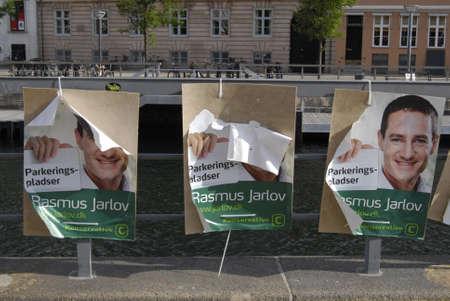 erhaltend: D�NEMARK  COPENHAGEN _ Rasmus Jarlov Kandidat f�r konservative Partei wurde am traf seine Wahlplakate wurden Schaden und vandalaized von unknow Person und regen, wegen schlechten qulity Einf�gen und nicht protaction aus Wasser und regen 8. September 2011