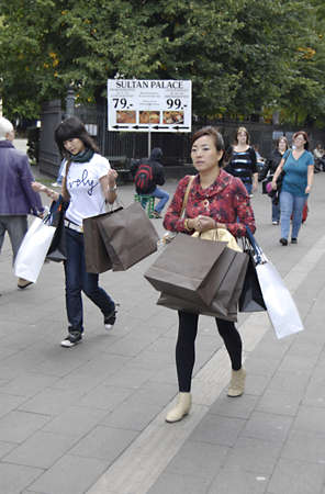 danmark: DENMARK  COPENHAGEN _   Asian consumers with shpping basg from various store on stroeget 19 Sept.2011    Editorial
