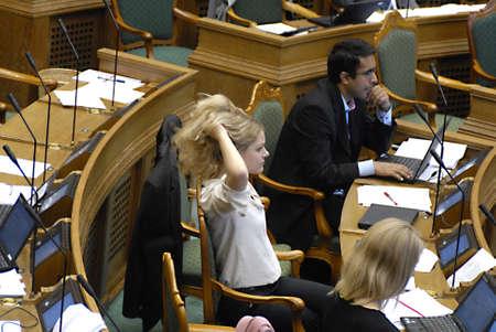 parliaments: DANIMARCA  COPENHAGEN _ nuovi membri eletti del daanish lettura del Parlamento europeo messaggi ext, leggere i giornali e il lavoro sui computer portatili nel corso della sessione dibattito in parlamento il primo dibattito Folketinget giorno 6 Otc. 2011
