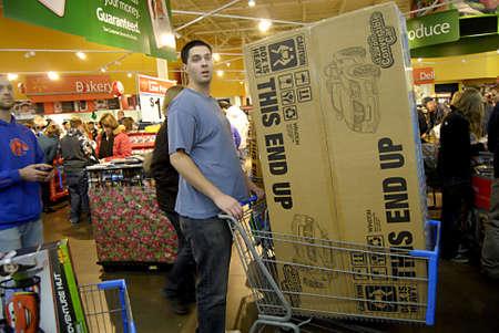 walmart: USA  WASHINTON ESTADO  CLARKSTON_After dando gracias compradores Viernes Negro con bienes favority emabrgo en Wal-Mart (Wal-Mart) en acci�n de gracias por la noche de 24 de noviembre 2011