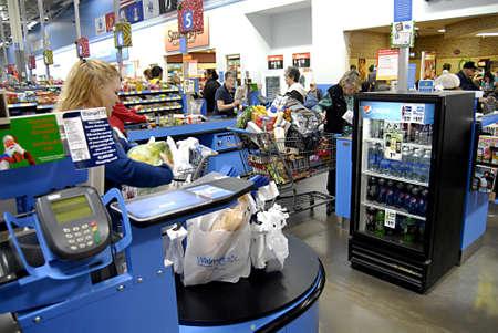 USA/IDAHO STATE/ LEWISTON _ Black friday shoppers at Walmart (Wal-mart) 25 Nov. 2011