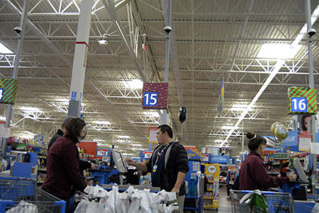 USAIDAHO STATE LEWISTON _ Black friday shoppers at Walmart (Wal-mart) 25 Nov. 2011