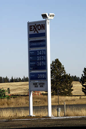 benzin: USAIDAHO STATE GREGMONST _  Exxon gas station 10 Dec. 2011