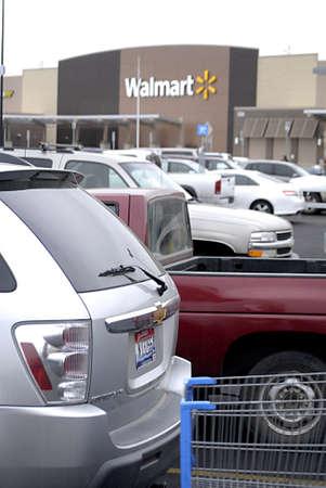 walmart: EE.UU.  Washington Estado  CLARKSTON _Shoppers en Walmart (Wal_mart) Tienda 12 de diciembre 2011 Editorial
