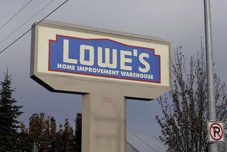polictics: USAWASHINGTON STATE SPOKANE_Lowes Home Improvement Varehouse  American shoppers with shopping  goods at Lowes home improvement warehouse  18 Dec. 2011