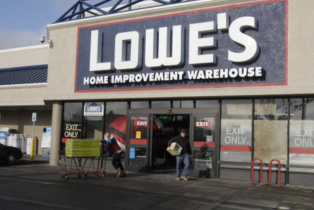 polictics: USAWASHINGTON STATE SPOKANE_Lowes Home Improvement Varehouse  American shoppers with shopping  goods at Lowes home improvement warehouse  18 Dec. 2011       Editorial