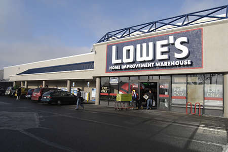polictics: USAWASHINGTON STATE SPOKANE_Lowes Home Improvement Varehouse  American shoppers with shopping  goods at Lowes home improvement warehouse  18 Dec. 2011