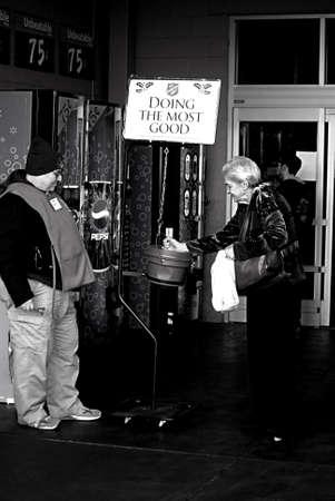 walmart: EE.UU.  WASHINTON ESTADO  BONNY LAKE_Americen eldlery femenino donar dinero para la salvaci�n del ej�rcito haciendo el mayor bien a ChristmasSpirit en Walmart 24 de diciembre 2011 Editorial