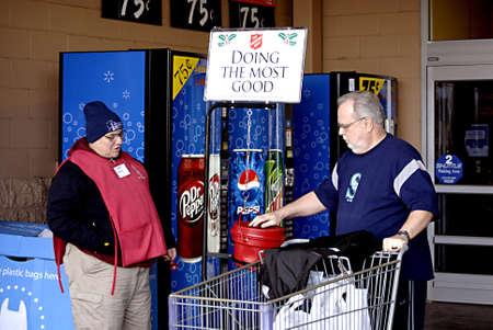 walmart: EE.UU.  WASHINTON ESTADO  BONNY LAKE_Americen eldlery masculino donar dinero a ej�rcito Slavation hacer el mayor bien al ChristmasSpirit en Walmart 24 de diciembre 2011 Editorial