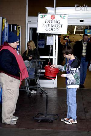 walmart: EE.UU.  WASHINTON ESTADO  BONNY LAKE_Americen ni�o donando dinero para Ej�rcito de Salvaci�n hacer el mayor bien al ChristmasSpirit en Walmart 24 de diciembre 2011