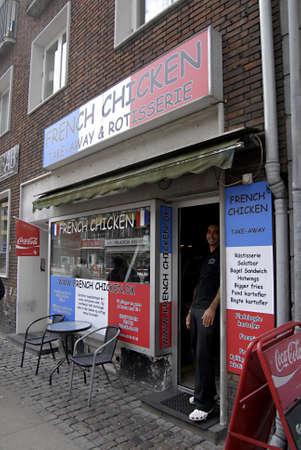 pollo rostizado: COPENHAGUE  DINAMARCA _ franc�s chiecken tomar forma y Rotisserie 16 de julio 2012 Editorial