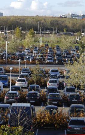 ediroial: Copenhagen  Danimarca. Le auto sono sul prato parcheggio 30 ottobre 2012