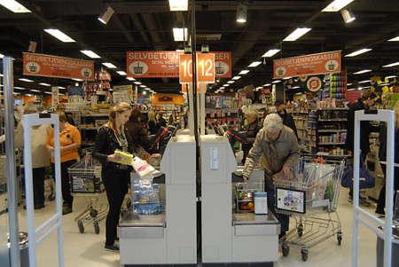 ediroial: Copenhagen  Denmark._Danes autocontrollo, macchina di pagamento in Fakta come in USA store 2 Nov 2012
