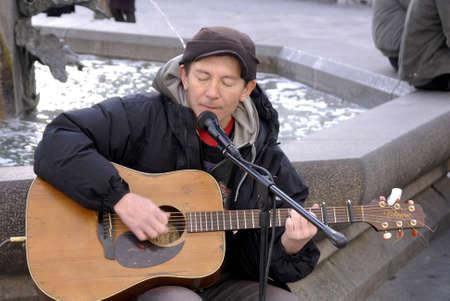 ediroial: Copenhagen  Danimarca. Siner Peter Jones vivono per le strade di Stroeget oggi alle Amager Torv 4 Novembre 2012 Editoriali