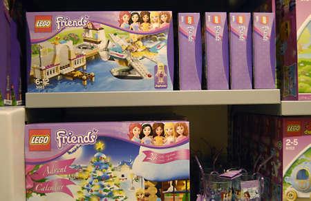 ediroial: Copenhagen  Danimarca. Giocattoli di mattoni Lego in vendita elevati frinds redditizie Lego per le ragazze secondo i media rinvasare 6 Novembre 2012