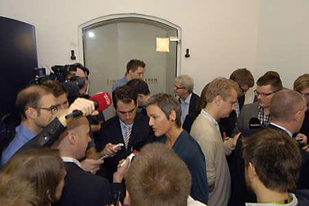 ediroial: Copenhagen  Danimarca. Il ministro delle finanze del governo danese Bjarn Corydon centro ms.Margrethe Miister Vestager per la casa il ministro dell'Economia e casa a destra nella foto e Holger K.Nielsen ministro fiscale e delle entrate a parlare con i media di stato premere accordo con Editoriali