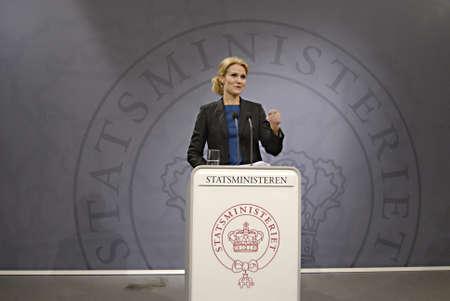 ediroial: Copenhagen  Danimarca. Ms.Hell Thornins-Schmidt primo ministro danese detiene la sua conferenza stampa settimanale, dopo tre settimane tour in Sud arian, accetta un contributo al finanziamento dello Stato alla crisi compagnia aerea SAS con milione di Corone danesi e poi mentre 9.000 posti di lavoro SAS