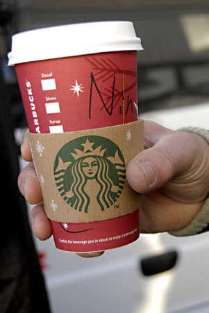 starbucks coffee: KASTRUPCOPENHAGENDENMARK _  Consumer drinking starbucks coffee 19 Nov. 2012