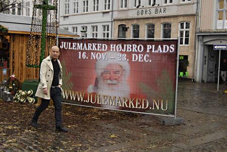 ediroial: Copenhagen  Danimarca. Made in Germany das originale da agnelli e pecore gegrofelle con le pelli al mercato di Natale a Hojbro torv 22 Nov 2012 Editoriali