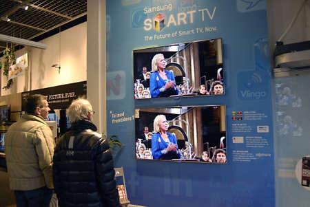 ediroial: Copenhagen  Danimarca. Coppia consumatore ispezione Samsung SmartTV a livello locale negozio di elettronica 26 Nov.2012