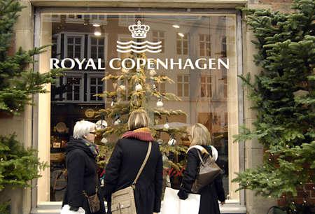 ediroial: Copenhagen  Danimarca. Natale shoppeer ispezione vetrine al Royal Copenhagen christms decorazioni 29 Novembre 2012 Editoriali