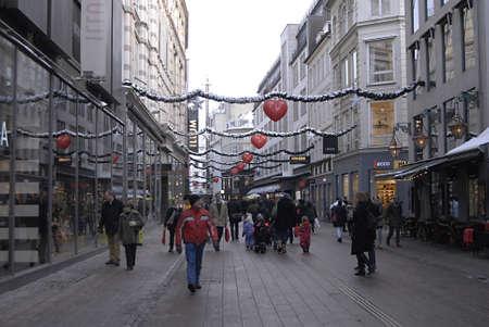 ediroial: Copenhagen  Danimarca. Shopper di Natale con borse della spesa su streoegt pedestrain famosa via oggi su 11 Dic 2012