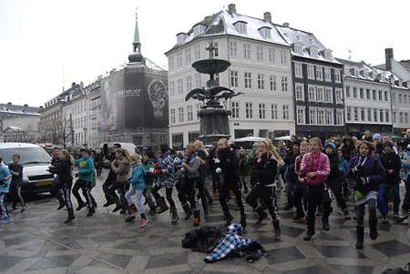 ediroial: Copenhagen  Danimarca. Studenti delle scuole di ballo con musica Fuglsanggardsskolen intrattenere la gente e mostrare come healkth fitness Stroeget Amager Torv 14 DICEMBRE 2012