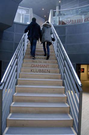 Copenhagen / Denmark.Young couple walking on stairs in sort diament   bibliotek the diamond library 2 March 2013       Zdjęcie Seryjne - 18329161