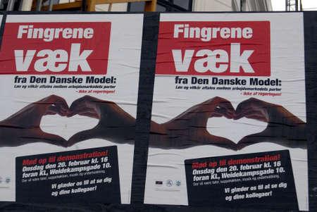 hands off: Copenhague  Dinamarca. Demontsration cartel con las manos fuerte mensaje fuera del sindicato dan�s de comercio en modelo D Editorial