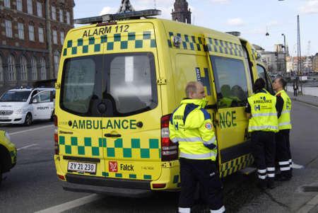 danmark: Copenhagen  Denmark._Police talks to eye witness car accident at Knippelsbro today on noon where amubalnce drives away man injurd  fra europcar rental   where medicare ambulance and police and fire fighter work together to clear car accident at Knippelsb Editorial