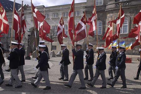 Copenhagen / Danimarca. Celebrats _Danish marins (Navel) unione 100 anni jublie pertanto ufficiali ombelico alti marciano con bandiere danesi a Christiansborg grande sq oggi sabato 27 aprile, 2013 Archivio Fotografico - 19295665