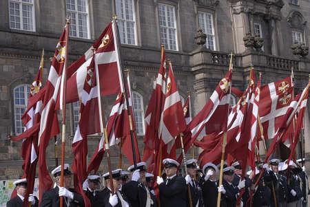 Copenhagen / Danimarca. Celebrats _Danish marins (Navel) unione 100 anni jublie pertanto ufficiali ombelico alti marciano con bandiere danesi a Christiansborg grande sq oggi sabato 27 aprile, 2013 Archivio Fotografico - 19295662