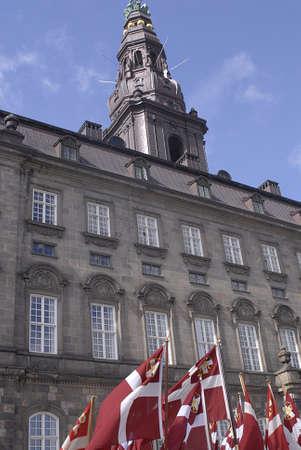 Copenhagen / Danimarca. Celebrats _Danish marins (Navel) unione 100 anni jublie pertanto ufficiali ombelico alti marciano con bandiere danesi a Christiansborg grande sq oggi sabato 27 aprile, 2013 Archivio Fotografico - 19295652
