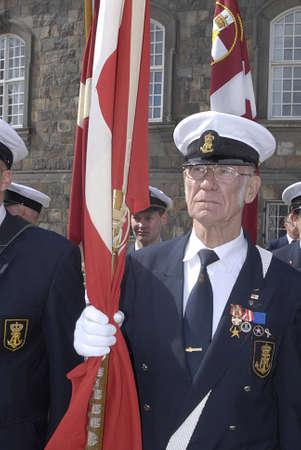 Copenhagen / Danimarca. Celebrats _Danish marins (Navel) unione 100 anni jublie pertanto ufficiali ombelico alti marciano con bandiere danesi a Christiansborg grande sq oggi sabato 27 aprile, 2013 Archivio Fotografico - 19295650