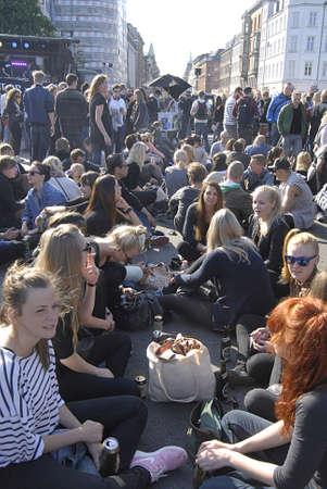 straat feest: Kopenhagen  Denemarken. Vervorming een clelebration van Kopenhagen nachtleven of straatfeest vandaag op Norreborgade van half s middags tot 10:00 cordination met stadhuis van Kopenhagen en Deense politie duizenden jongeren gether in Kopenhagen tdoay op 29