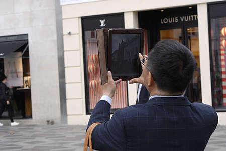 hing: Copenhague  Dinamarca. _Asian Turistas fotografiando la ciudad con el ipad o tablet en stroeget 25 de junio 2013