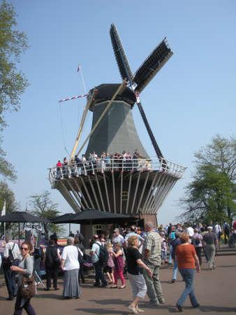 LISSE, NETHERLANDS (HOLLAND) - Travelers in Keukenhof park, 21 April 2011
