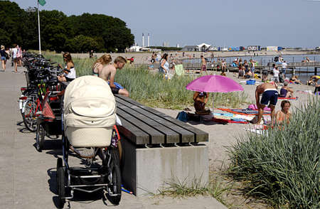 bathers: KASTRUP  COPENHAGEN  Danimarca _ Sun bagnanti a Amamager parco strand spiaggia oggi sul caldo giorno summeer 8 luglio 2013