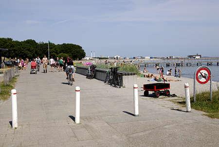 bathers: KASTRUP  COPENHAGEN  DANIMARCA _ bagnanti sole al Amamager strand beach park oggi sul caldo giorno summeer 8 luglio 2013 Editoriali