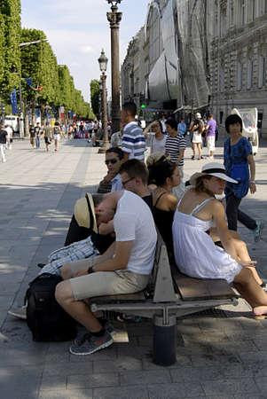 elysees: PARISFRANCE  _travelers  enjoy hoet Paris weather and Visitors taking nap in veery hot 30c on Avenue des champs elysees near Arch de Triophme 22   JULY 2013