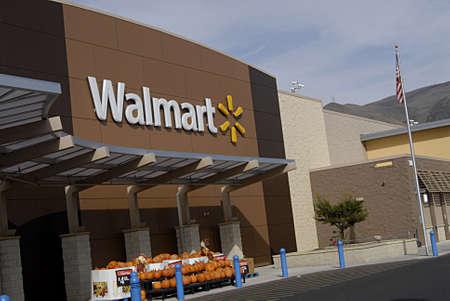 walmart: CLARKSTONWASHINGTON STATE USA _  Consumers at walmart mega store 27 sept. 2013