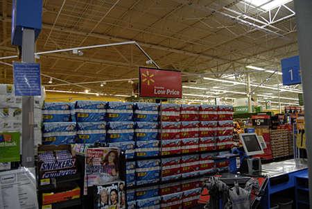 walmart: CLARKSTON  WASHINGTON estado  USA _ Los consumidores de Walmart de mega tienda de 27 de septiembre 2013 Editorial