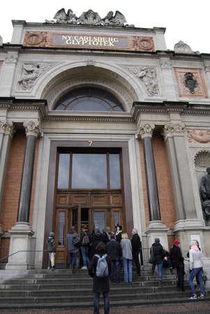 carlsberg: Copenhagen Denmark-  03 November  2013   tourists waitng  in line to visit  Ny Carlsberg Glyptoek museum  on sunday       Editorial
