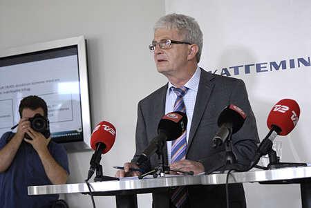 danmark: Copenhagen  Denmark.  _Holger K.Nielsen (L) minister for Taxtationand revnue and Jepser Ronnow Simonsen(Jesper R�nne Simonsen)(R) doretcor for ministry for Taxtation and revune give statement at Press conference  about the report about control denamrkmen