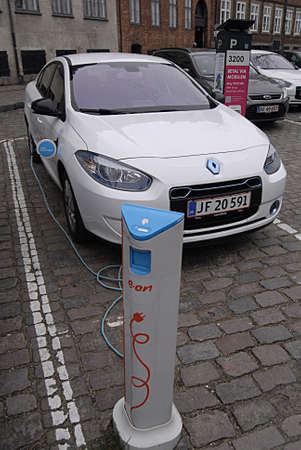 bil: Kastrup Denmark-  16 December  2013  _electric car at recharge booth E.On