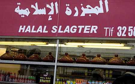 slaughtering: COPENHAGEN  DANIMARCA-Danimarca Banne rituale macellazione macellazione Halal e khoser e prendersi cura dei diritti degli animali del Regno Unito considera troppo