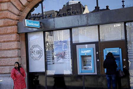 cashing: MALM�MALMOSWEDENSVERIGE- Female cashing money at ATM at Swedish Handelsbanken         13 Marchi 2014   Editorial