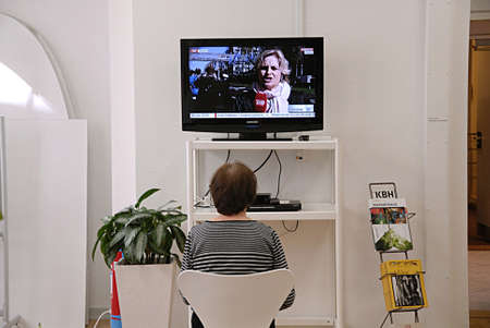 journal t�l�vis�: COPENHAGUE  DANEMARK-Femme regarder la t�l�vision des nouvelles de ukrain et la russie conflit 24 Marchi 2014